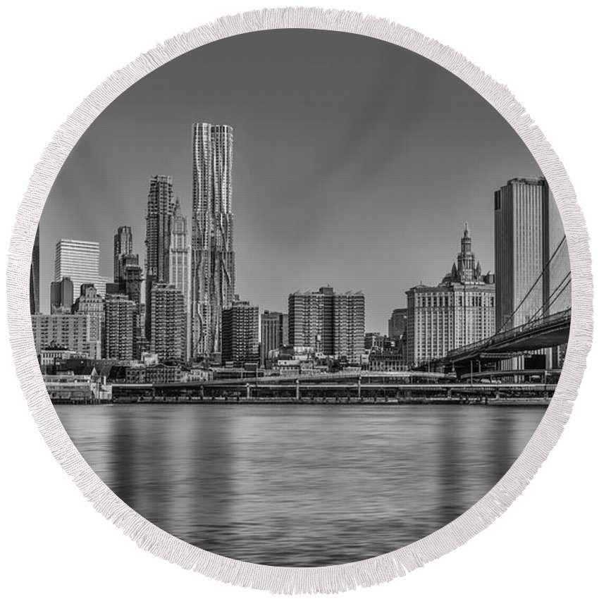 Brooklyn Bridge Round Beach Towel featuring the photograph World Trade Center And The Brooklyn Bridge Bw by Susan Candelario