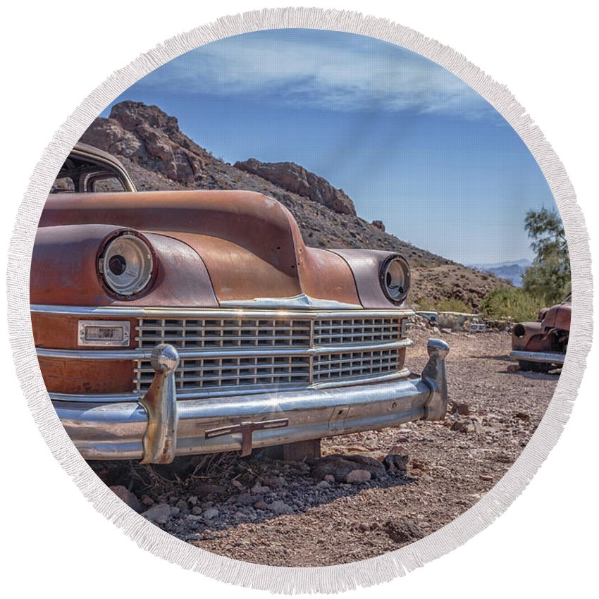 Cars Round Beach Towel featuring the photograph Abandoned Cars In The Desert by Edward Fielding