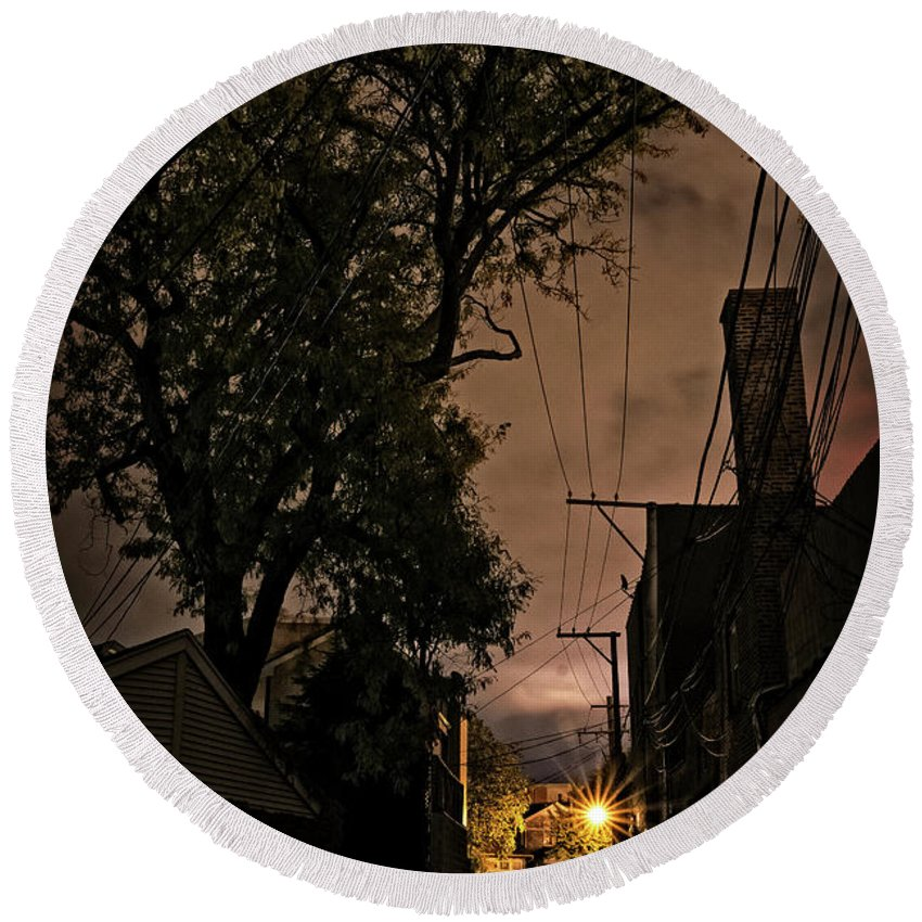 Alley Round Beach Towel featuring the photograph Chicago Alley At Night by Bruno Passigatti