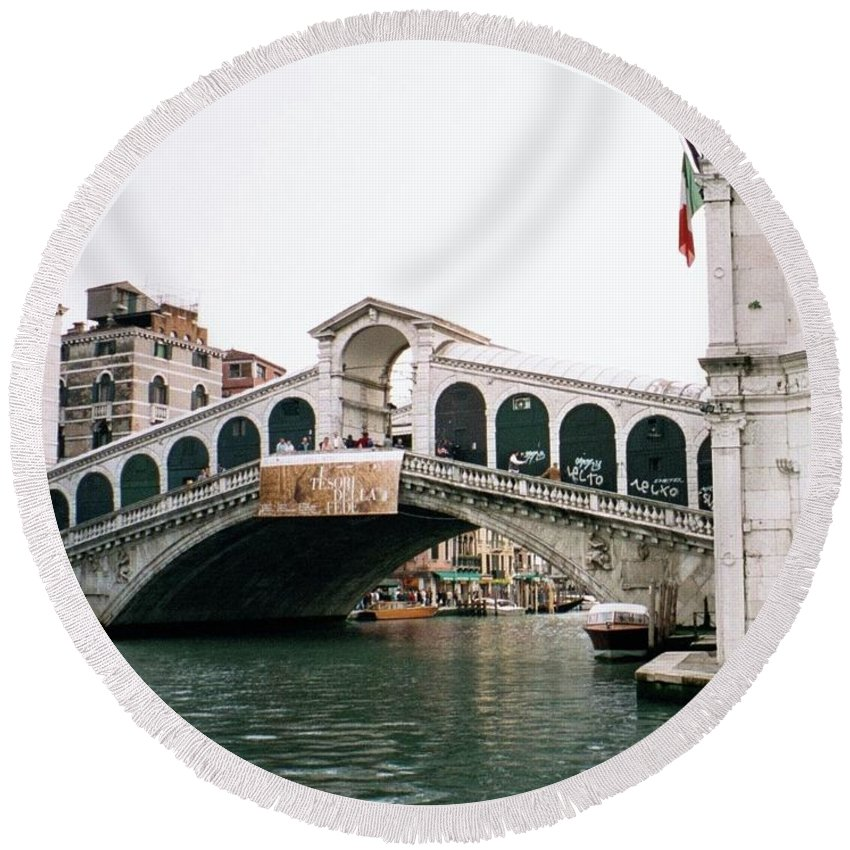 Italy Round Beach Towel featuring the photograph The Rialto Bridge by Dick Goodman
