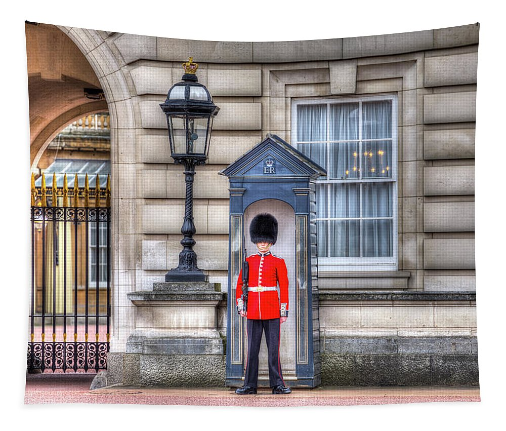 Buckingham Palace Tapestry featuring the photograph Buckingham Palace Queens Guard by David Pyatt