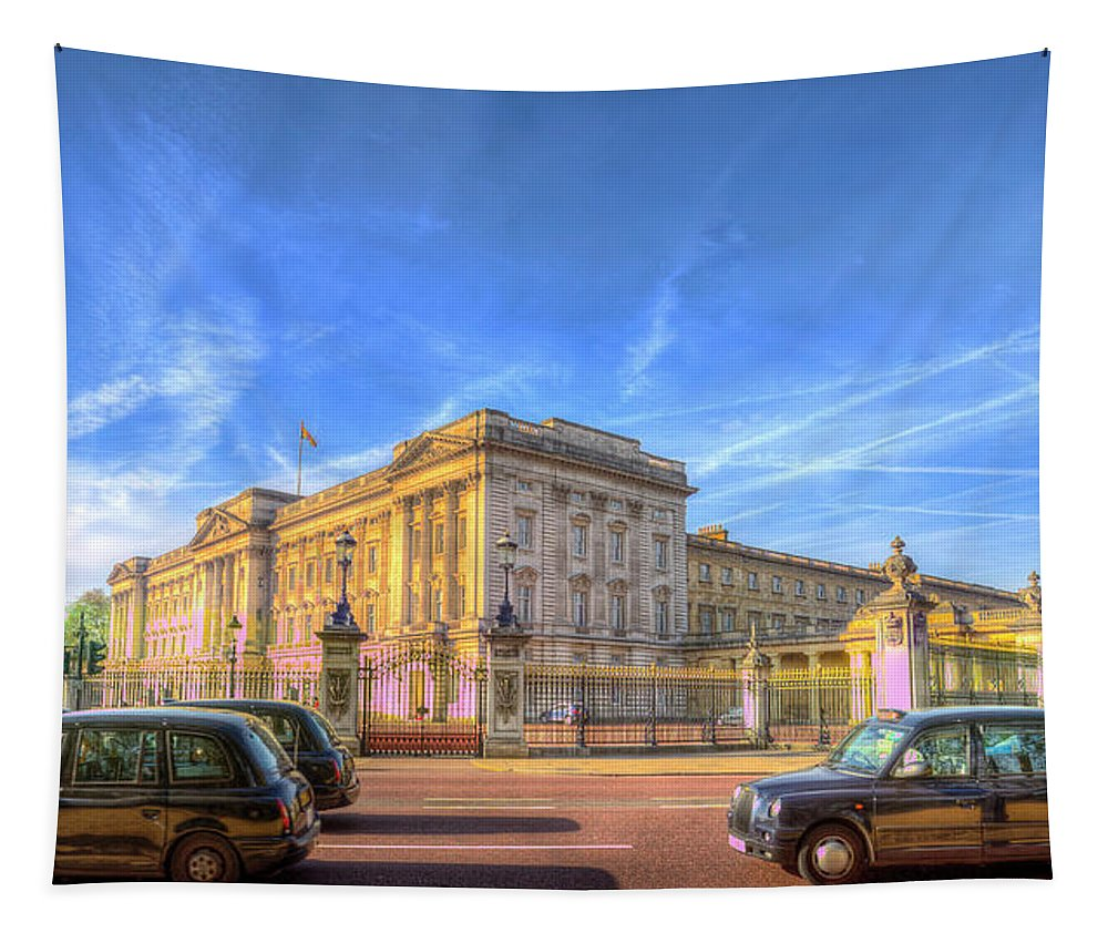 Buckingham Palace Tapestry featuring the photograph Buckingham Palace And London Taxis by David Pyatt