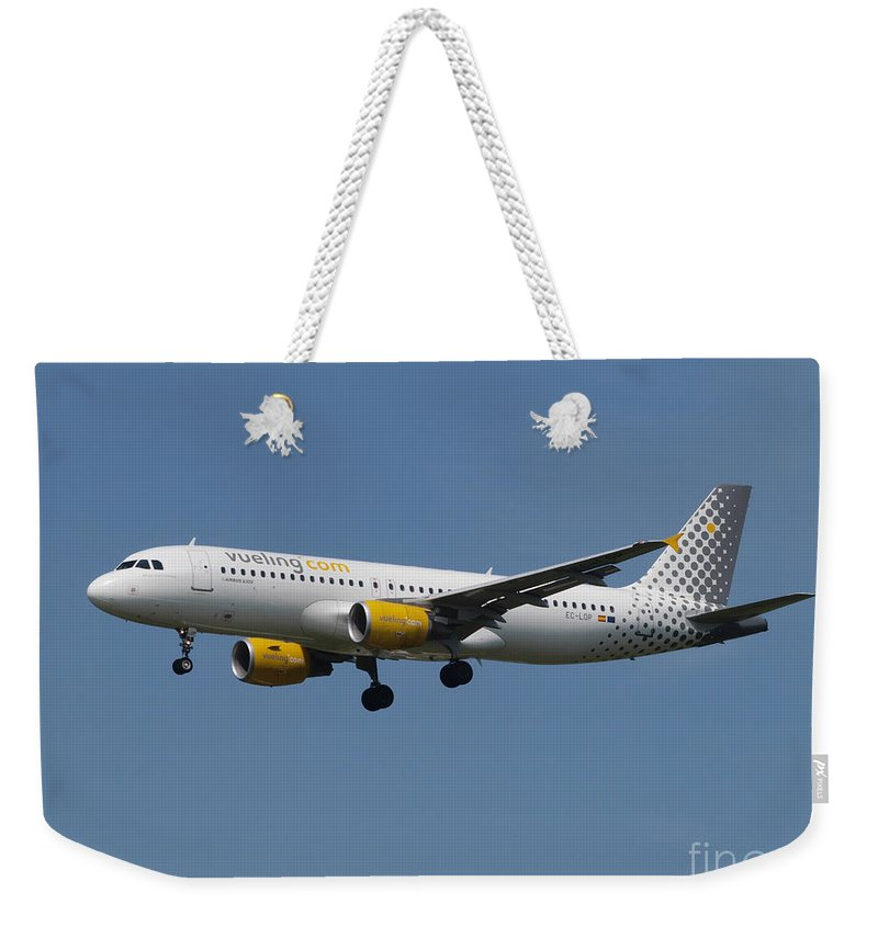 737 Weekender Tote Bag featuring the photograph Vueling Airbus A320 by Paul Fearn