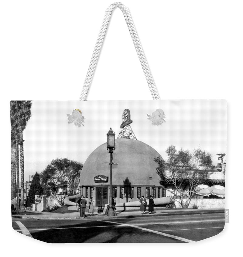 1920's Weekender Tote Bag featuring the photograph Brown Derby Restaurant by Underwood Archives