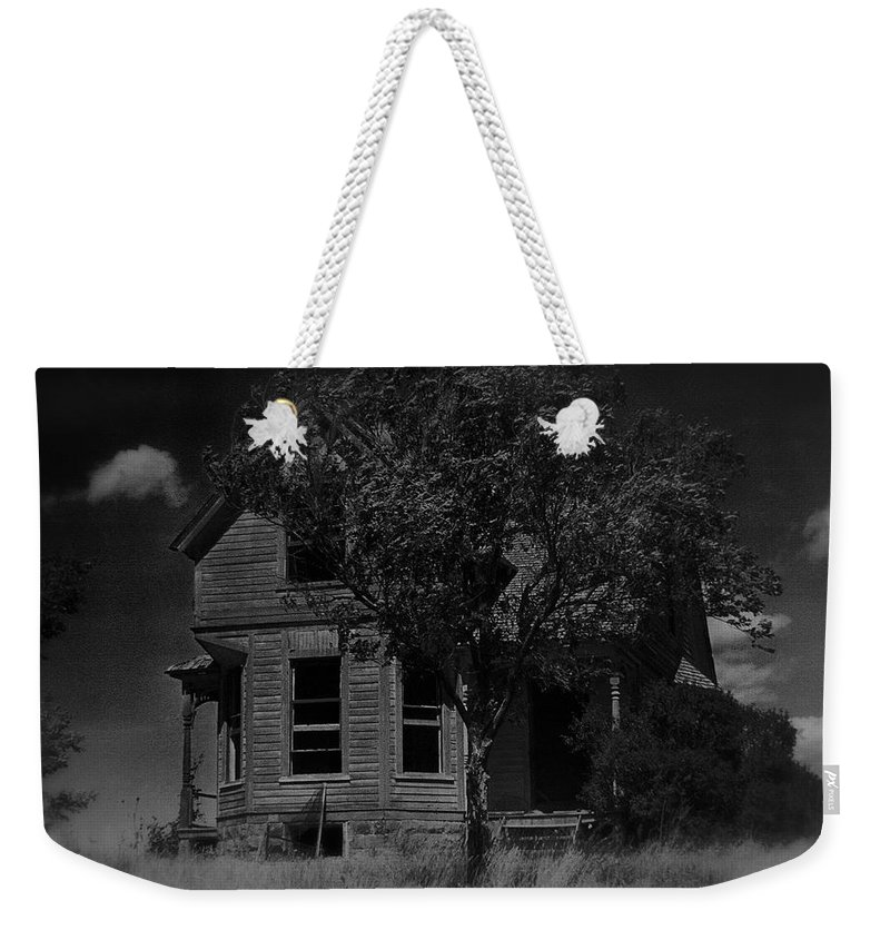 Film Homage Anthony Perkins Janet Leigh Alfred Hitchcock Psycho 1960 Vacant House Black Hills Sd 1965 Weekender Tote Bag featuring the photograph Film Homage Anthony Perkins Janet Leigh Alfred Hitchcock Psycho 1960 Vacant House Black Hills Sd '65 by David Lee Guss