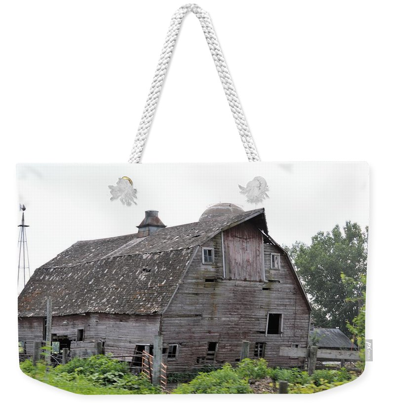 Barn Weekender Tote Bag featuring the photograph Iowa Barn 7414 by Bonfire Photography