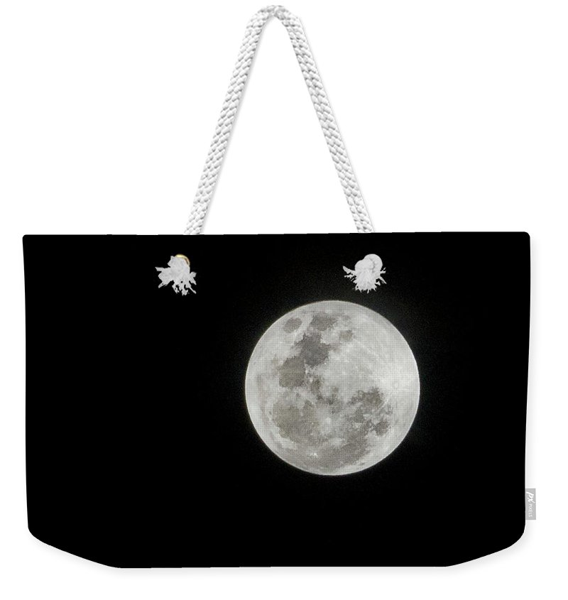 Tranquility Weekender Tote Bag featuring the photograph Super Lua by Texto De Credito Das Fotos