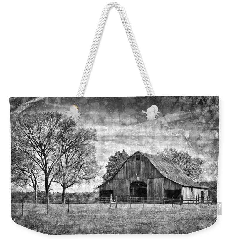 Barn Weekender Tote Bag featuring the photograph Tennessee Barn by Diana Powell