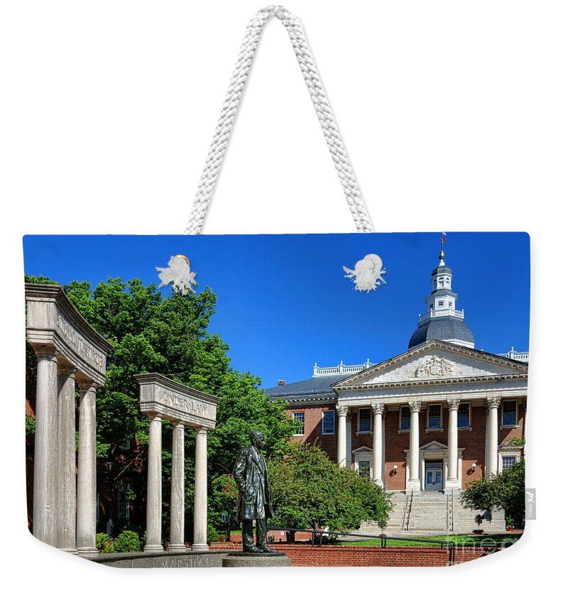Annapolis Weekender Tote Bag featuring the photograph Thurgood Marshall Memorial And Maryland State House by Olivier Le Queinec