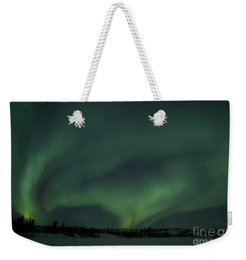 Vee Lake Weekender Tote Bag featuring the photograph Active Aurora Over Vee Lake by Yuichi Takasaka