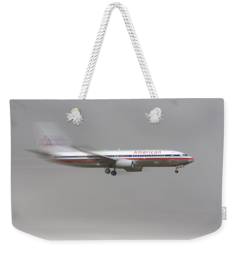 American Airlines Boeing 7 Series Landing At Dfw Airport Weekender Tote Bag featuring the photograph American Airlines Boeing 7 Series Landing At Dfw Airport by Douglas Barnard
