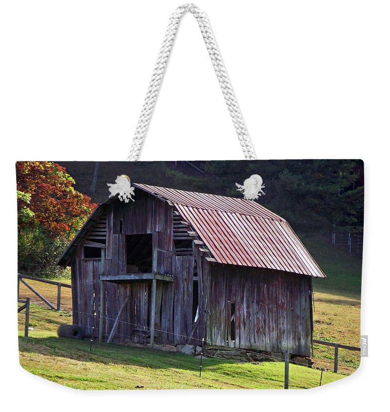 Barns Weekender Tote Bag featuring the photograph Old Barn In Etowah by Duane McCullough