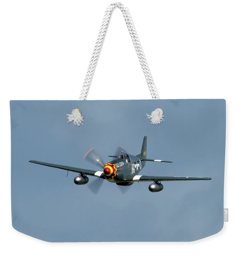 Airshows Weekender Tote Bag featuring the photograph P-51 Mustang by Bill Lindsay