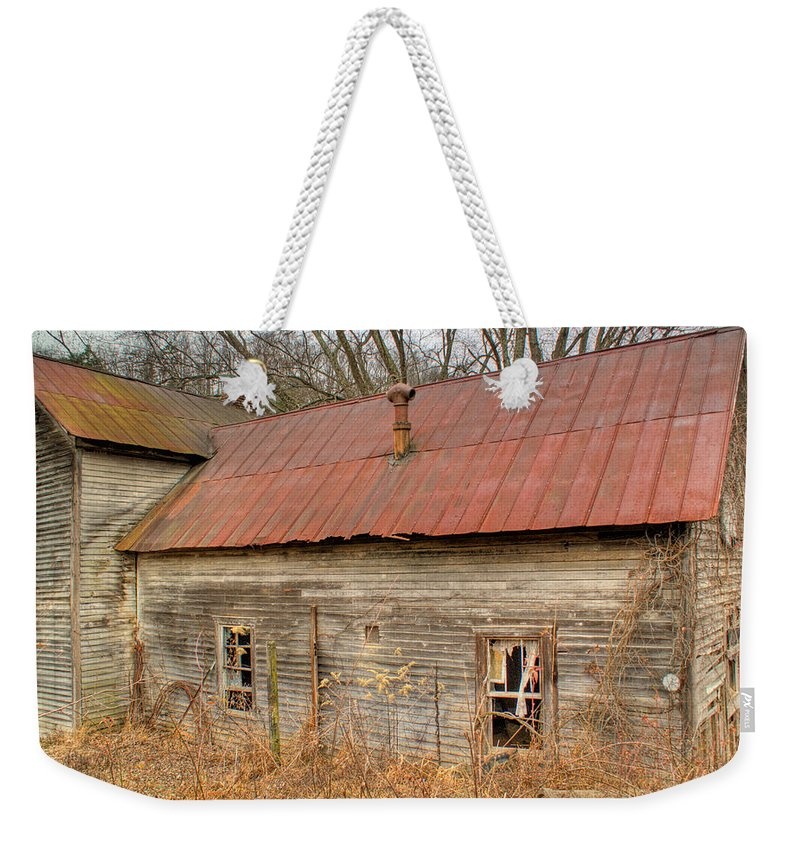 Farmhouse Weekender Tote Bag featuring the photograph Abandoned Farmhouse In Kentucky by Douglas Barnett