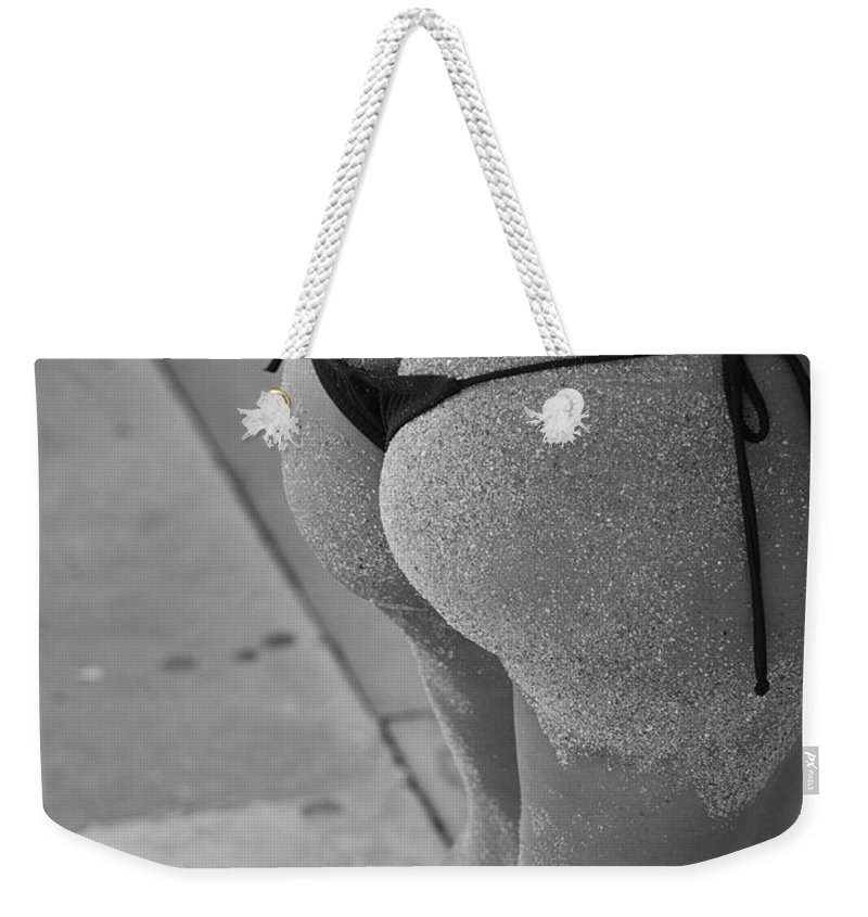 Black And White Weekender Tote Bag featuring the photograph L W Thong by Rob Hans