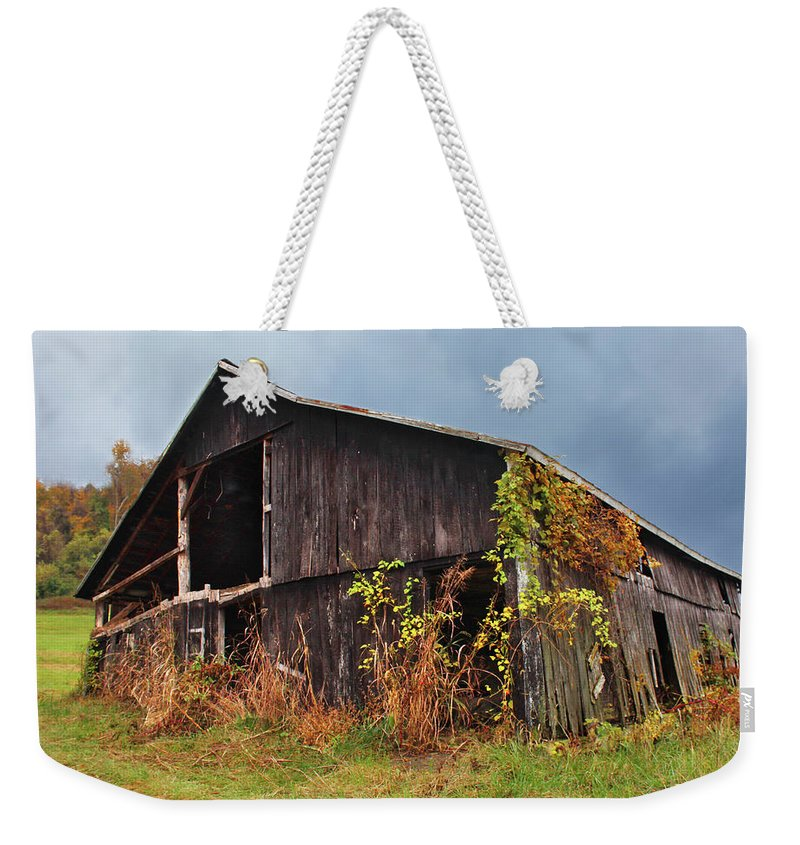 Barn Weekender Tote Bag featuring the photograph Ohio Barn In The Fall by Lorraine Baum