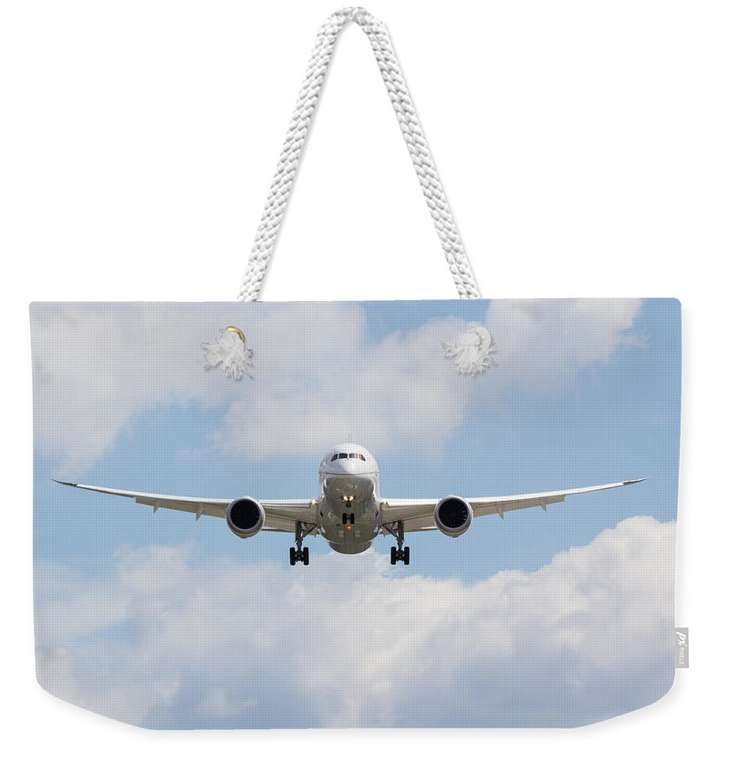 United Weekender Tote Bag featuring the photograph United Airlines Boeing 787 by David Pyatt
