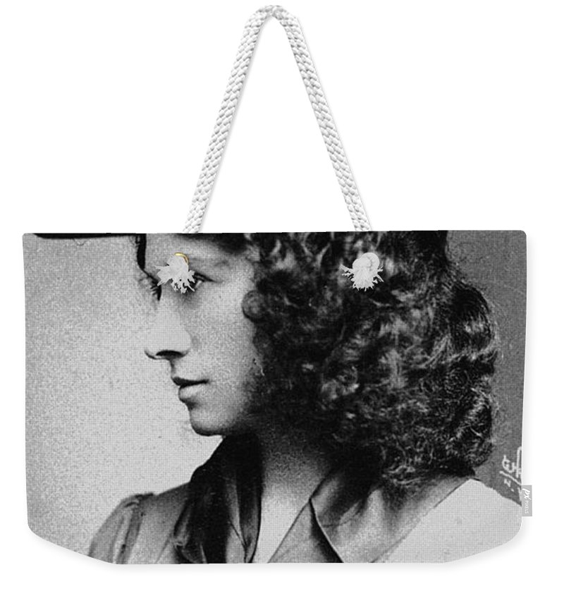 1902 Weekender Tote Bag featuring the photograph Annie Oakley (1860-1926) by Granger