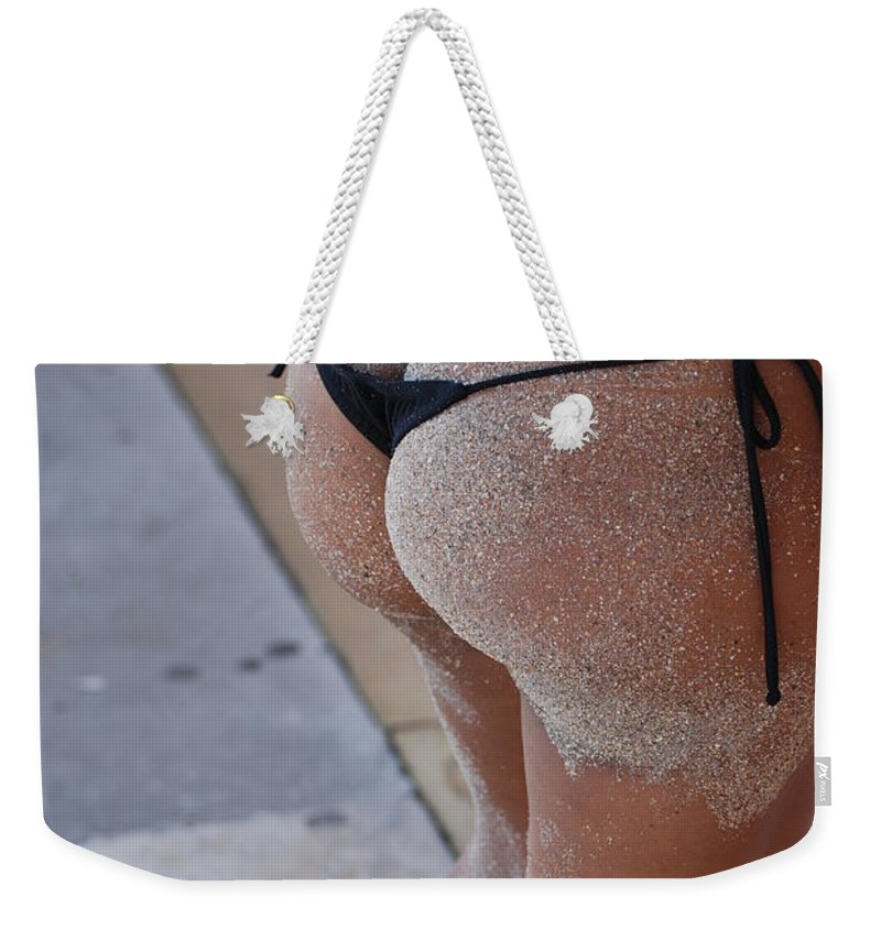 Women Weekender Tote Bag featuring the photograph L W Thong by Rob Hans