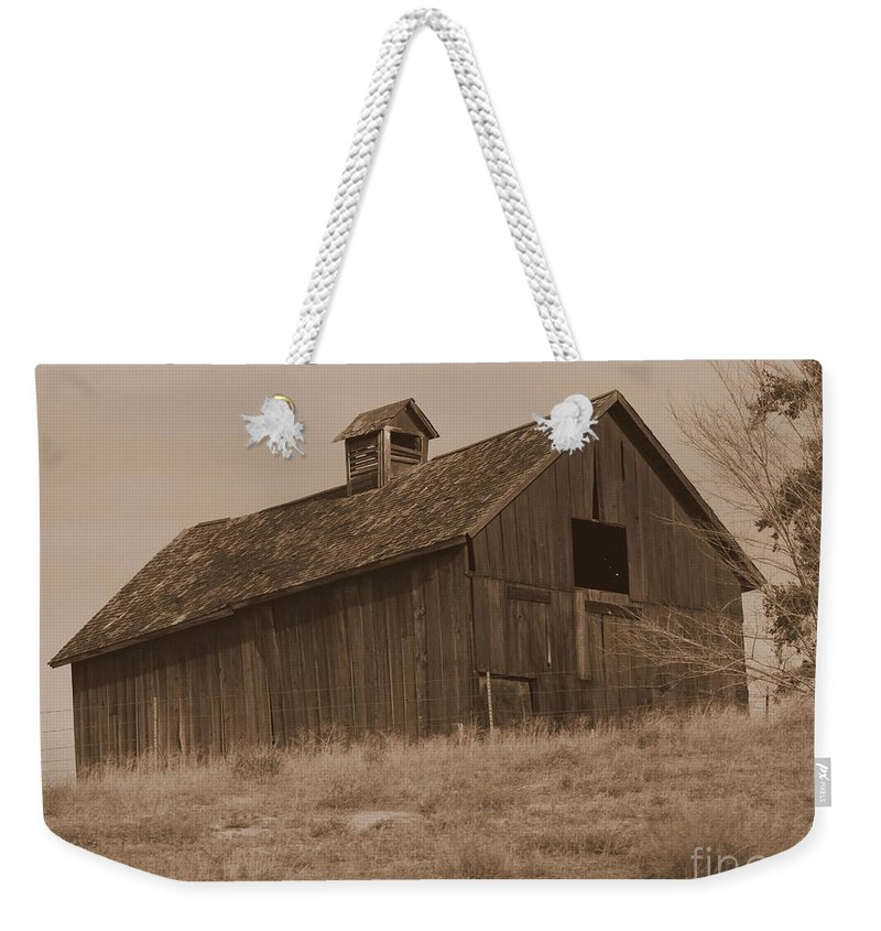 Old Barn Weekender Tote Bag featuring the photograph Old Barn In Washington by Carol Groenen