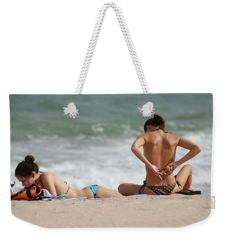 Sea Scape Weekender Tote Bag featuring the photograph Reading And Bow Tie by Rob Hans