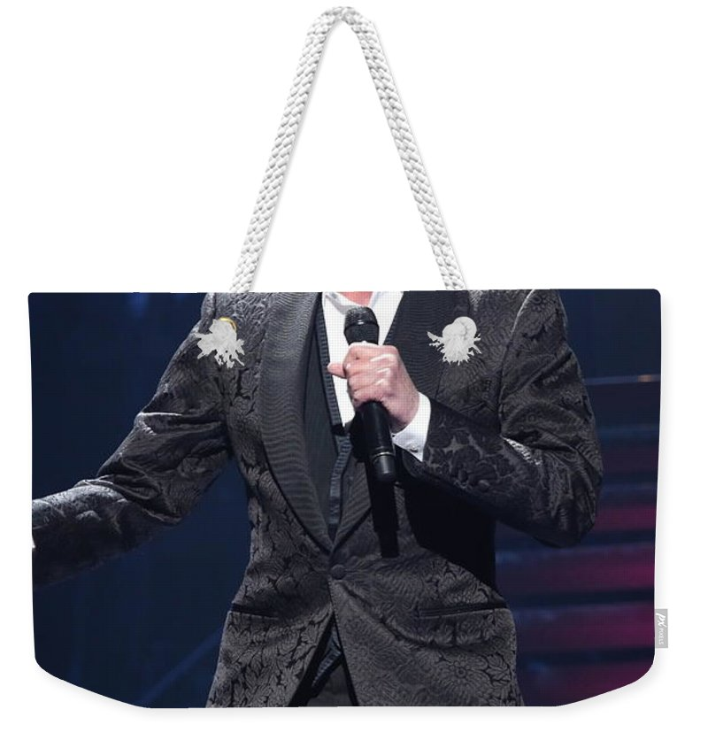 Singer Weekender Tote Bag featuring the photograph Singer Barry Manilow by Concert Photos