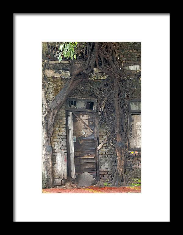 Mumbai Framed Print featuring the photograph Dying Days Of An Old Building by Scott Lenhart