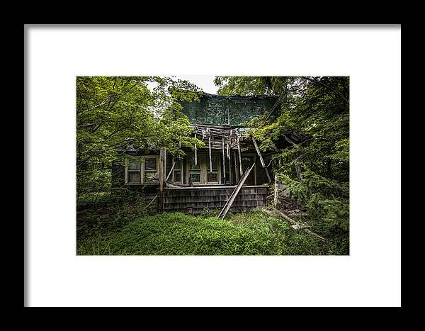 Abandoned House Framed Print featuring the photograph It Was Once Christmas Here by Gary Heller