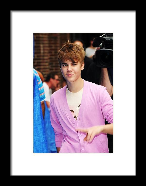 Justin Bieber At Talk Show Appearance Framed Print by Everett