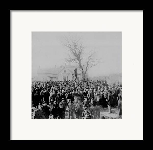 History Framed Print featuring the photograph 1000 People Gather To See The Body Of by Everett