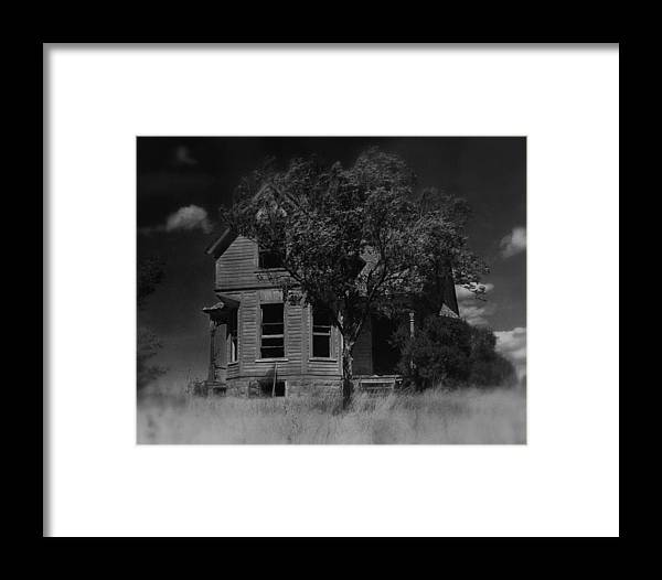 Film Homage Anthony Perkins Janet Leigh Alfred Hitchcock Psycho 1960 Vacant House Black Hills Sd '65 Framed Print featuring the photograph Film Homage Anthony Perkins Janet Leigh Alfred Hitchcock Psycho 1960 Vacant House Black Hills Sd '65 by David Lee Guss