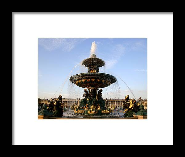Fountain Framed Print featuring the photograph Fountain In Paris by Hans Jankowski