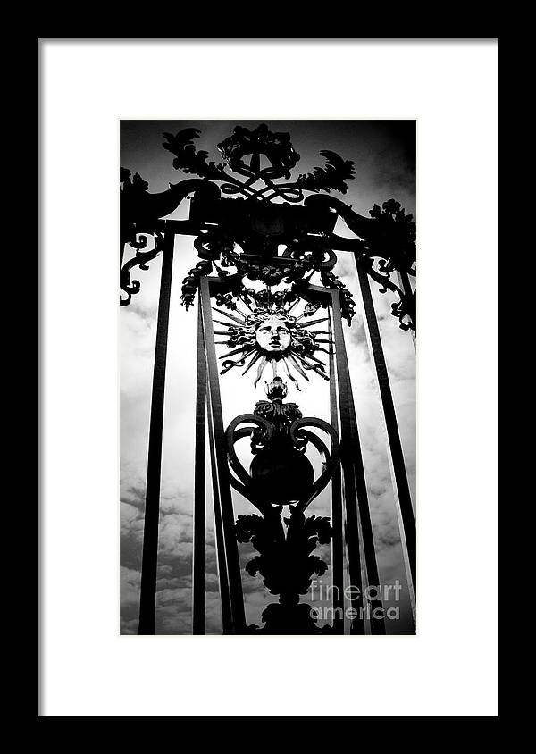 London Framed Print featuring the photograph Palace Gate by Amanda Barcon