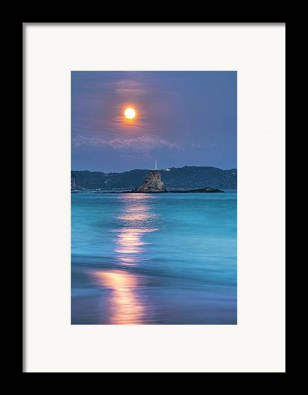 Vertical Framed Print featuring the photograph Sparkle Of Orange (full Moon) by Tommy Tsutsui