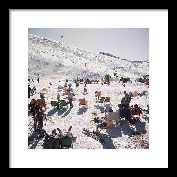 Skiing Framed Print featuring the photograph Skiers At Verbier by Slim Aarons