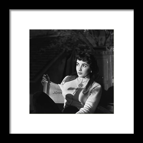 People Framed Print featuring the photograph Elizabeth Taylor by Daniel Farson