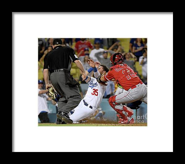 People Framed Print featuring the photograph Los Angeles Angels Of Anaheim V Los by Harry How