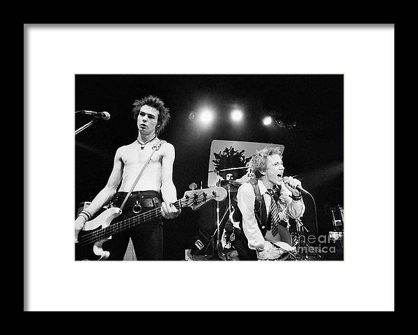 Atlanta Framed Print featuring the photograph Sid Vicious And Johnny Rotten by Bettmann