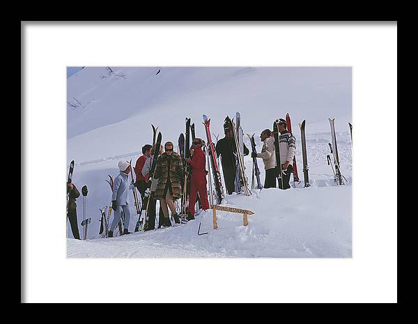Gstaad Framed Print featuring the photograph Skiers At Gstaad by Slim Aarons