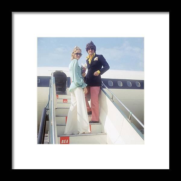 Looking Over Shoulder Framed Print featuring the photograph Twiggy And Justin by Keystone