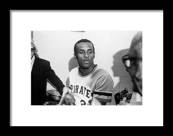People Framed Print featuring the photograph Roberto Clemente by Morris Berman