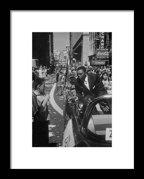 Timeincown Framed Print featuring the photograph Willie Mays by Leonard Mccombe