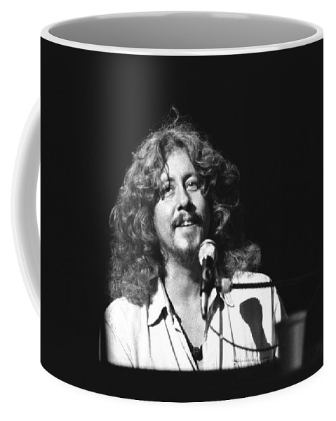 Musician Coffee Mug featuring the photograph Arlo Guthrie by Concert Photos