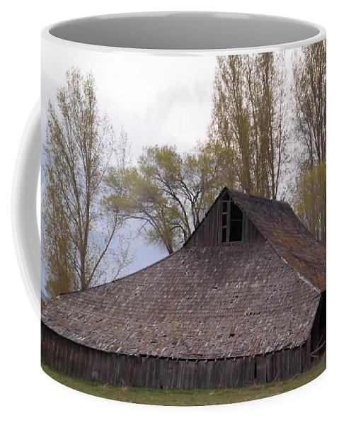 Old Coffee Mug featuring the photograph An Old Barn Near Klamath Falls by Jeff Swan