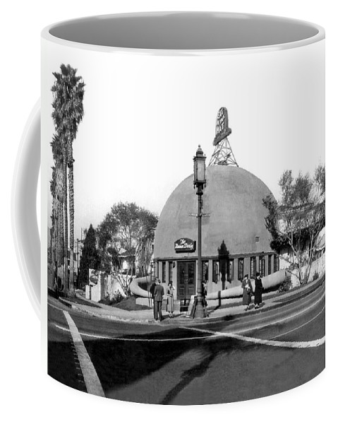 1920's Coffee Mug featuring the photograph Brown Derby Restaurant by Underwood Archives