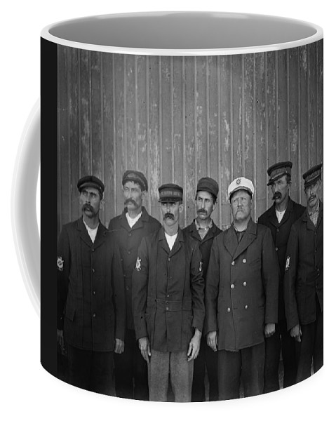 1900 Coffee Mug featuring the photograph Kitty Hawk Crew, 1900 by Granger