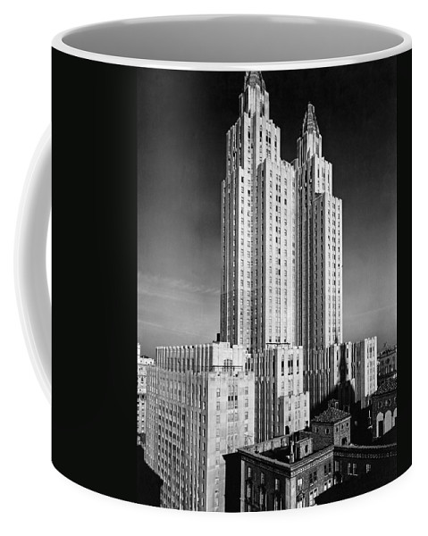 1931 Coffee Mug featuring the photograph Nyc Waldorf-astoria Hotel by Underwood & Underwood