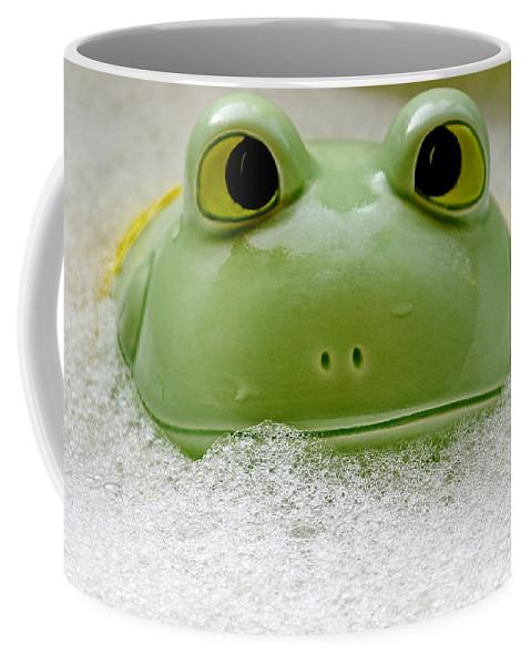 Usa Coffee Mug featuring the photograph Frog In The Bath by LeeAnn McLaneGoetz McLaneGoetzStudioLLCcom