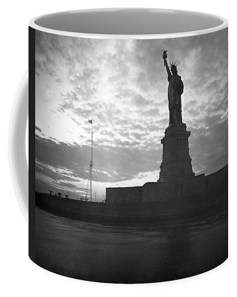 1910's Coffee Mug featuring the photograph Statue Of Liberty At Sunset by Underwood Archives