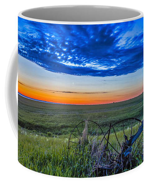 Alberta Coffee Mug featuring the photograph Moon And Venus In Conjunction At Dawn by Alan Dyer